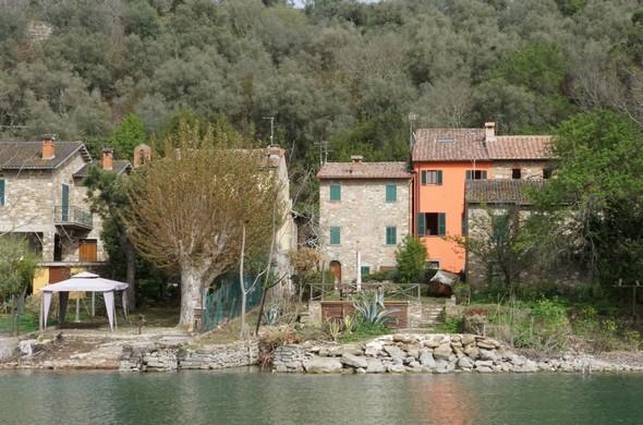 La nuova facciata della casa di Maurizio, anche se sullo sfondo, impone piacevolmente la sua presenza gioiosa.16 aprile - 16:421/100° - f/29 - 55 mm - ISO 640