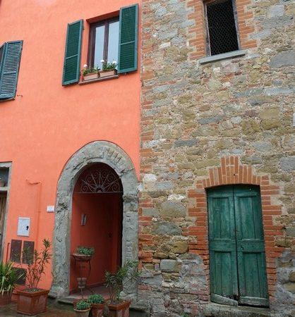Facciata dipinta, e ormai cangiante, della casa di Maurizio nella via Guglielmi.Un jour de pluie.3 maggio 2018 - 13:591/30° -  f/13 - 18 mm - ISO 400